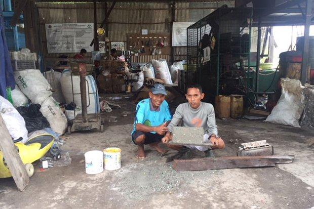 Sampah Anorganik Disulap Jadi Batako untuk Bangun Mushola